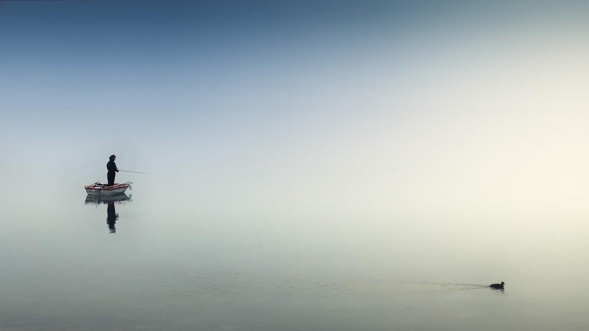 Angler bei diesigem Wetter auf ruhiger See